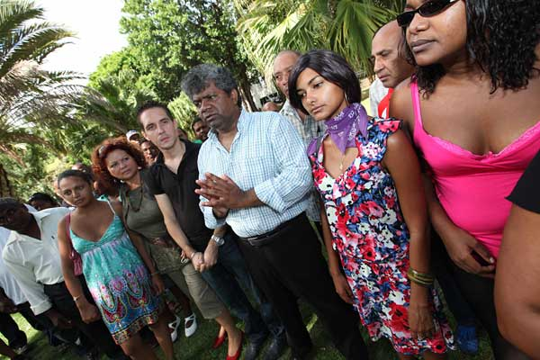 Des membres de l'ARCP (Alliance des Réunionnais contre la pauvreté) et de l'AJFER (Alliance des jeunes pour la formation et l'emploi à La Réunion) rassemblés devant la Préfecture hier. (photo Imaz Press Réunion)